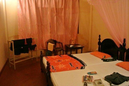 Shahira Hotel Nilaveli: mijn kamer in het hotel, met een plekje om buiten te zitten