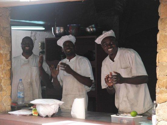 L 39 equipe de cuisine tout sourire picture of toukouleur for Cuisine tout equipe