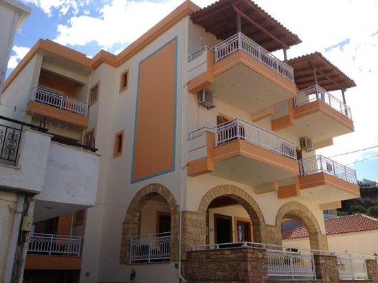 Sofotel Hotel: Vår balkong är den, där uppe till vänster. Härligt!!