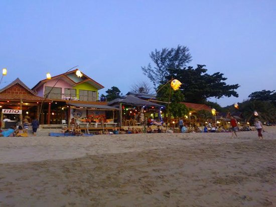 Lanta Nature Beach Resort: beach at front of the hotel in the evening
