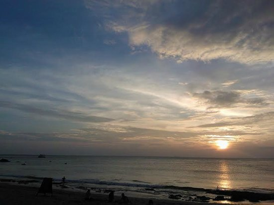 Lanta Nature Beach Resort: rocks on the shore, but beautiful sunset