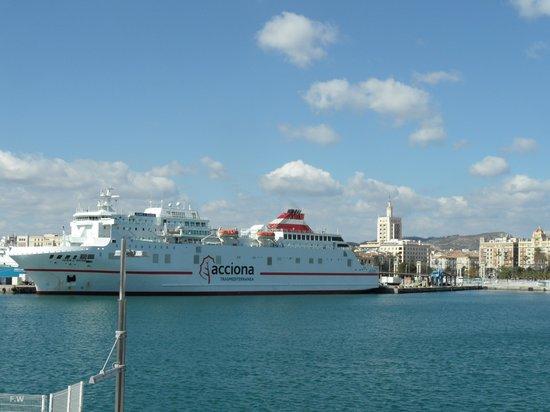 Puerto de Málaga : De Ferryschepen varan af en aan .