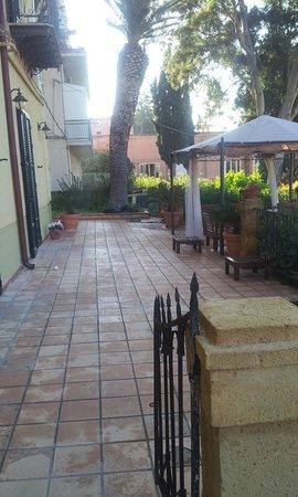 B&B Villa Pirandello: Accesso alla mia camera e il dehor