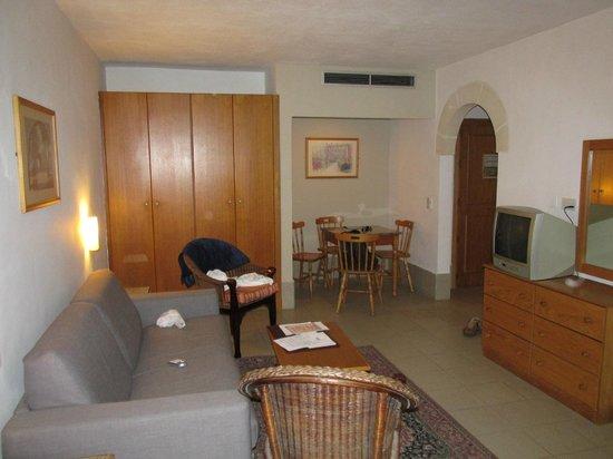 Club Salina Wharf: Living room and dining table