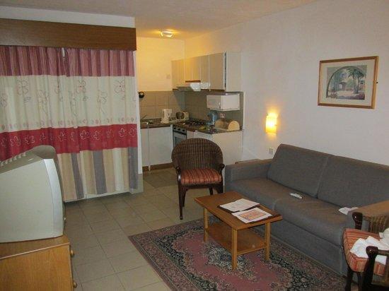 Club Salina Wharf: Kitchenette and living room