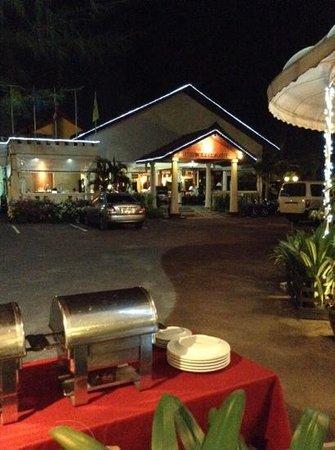 Hyton Leelavadee Phuket : вечер