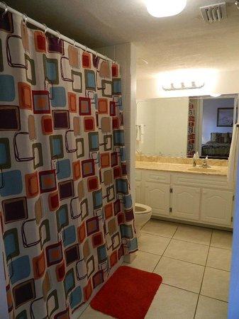 Tropical Suites Daytona Beach: Bathroom