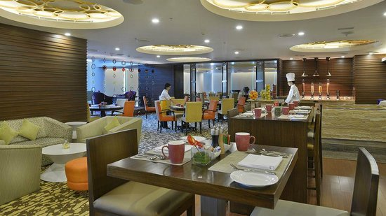 Crowne Plaza Ahmedabad City Centre: Dining