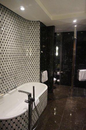 Hilton Istanbul Bomonti Hotel & Conference Center : Main Bathroom of Suite