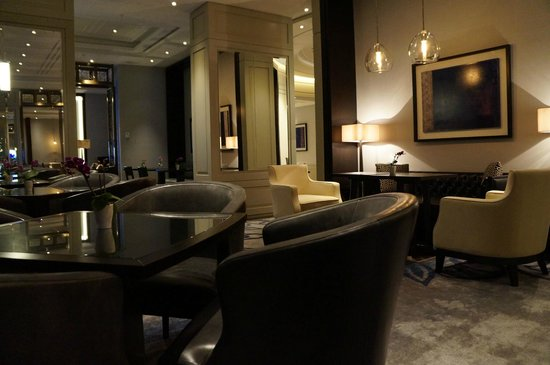 Hilton Istanbul Bomonti Hotel & Conference Center : Executive Lounge in the Evening