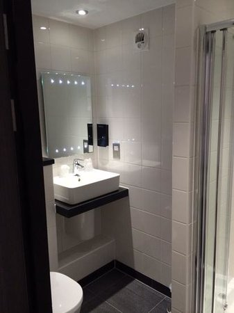 Days Inn Cobham M25: love the LEDs in the mirror!
