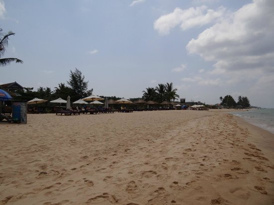 Long Beach Resort Phu Quoc: plage devant hotel