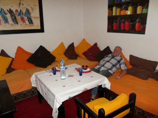 Riad Dar Nimbus : le salon de la suite Anne Terrasse