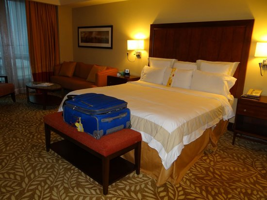 Panama Marriott Hotel: The bed and sofa area in executive room