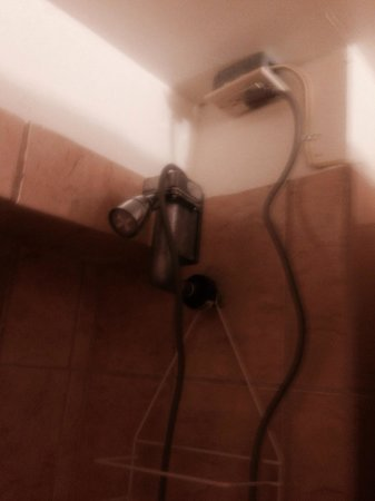 Sunset Gardens Guesthouse : Electric shower ?