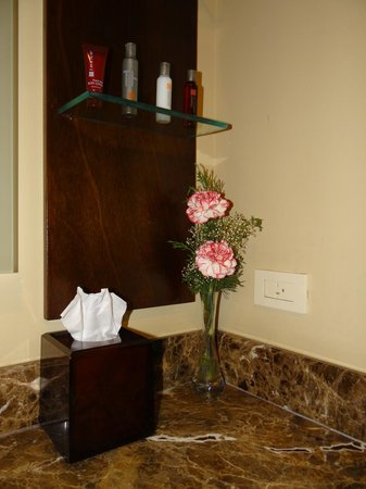 Panama Marriott Hotel : Fresh flowers in the bathroom