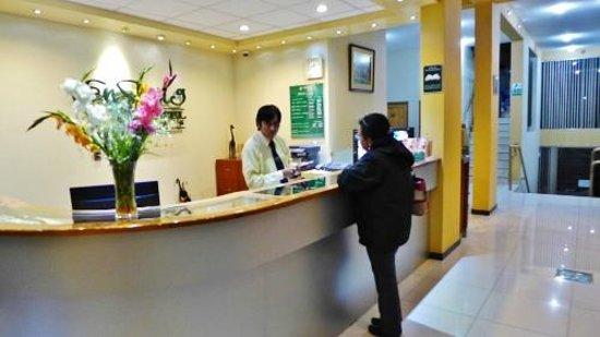 Ensueno Hotel : Front counter
