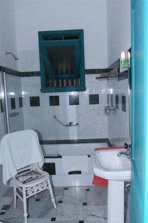 Villa Lou B&B: bathroom - lots of marble and clay tiles