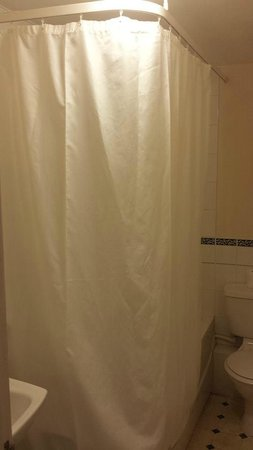 Crown and Cushion Hotel: Ill fitting ineffective shower curtain