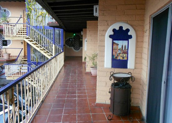 Americas Best Value Inn - Posada El Rey Sol: 2rn floor other direction