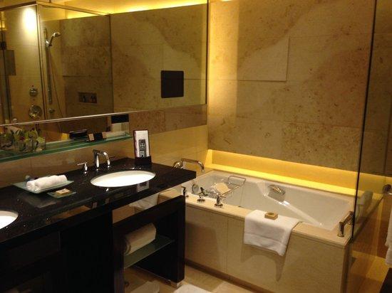 Four Seasons Hotel Hong Kong: Bathroom