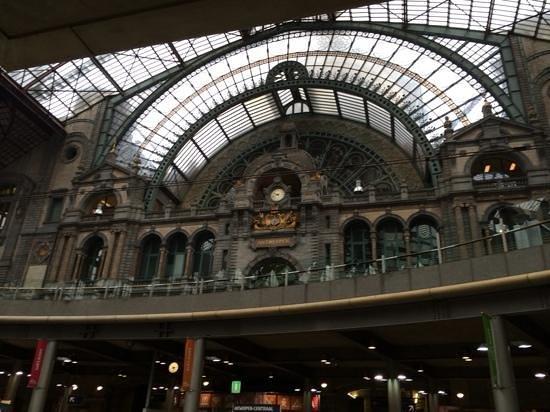 Bahnhof Antwerpen-Centraal: Chic interior of Antwerpen station