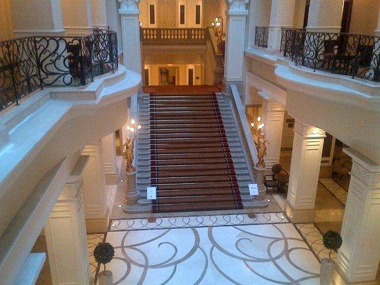 Corinthia Hotel Budapest : Elegant Staircase