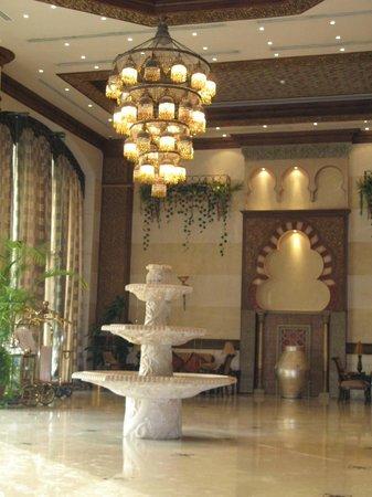 Royal Hotel & Suites: Холл