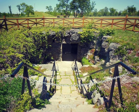 Belleville, Canada: Entrance to Large Cavern