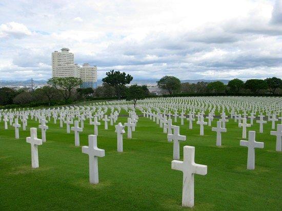 Manila American Cemetery and Memorial (Amerikanischer Soldatenfriedhof und Gedänkstätte): Croci bianche su prato all'inglese