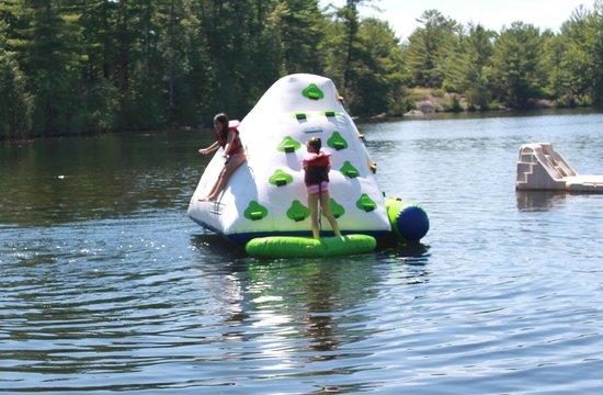 Marrick's Landing Cottage Resort : Kids on inflatable cube