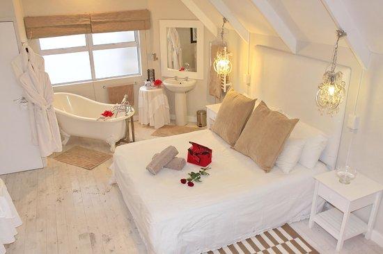 Sea Breeze: honeymoon suite - Whaletail Room