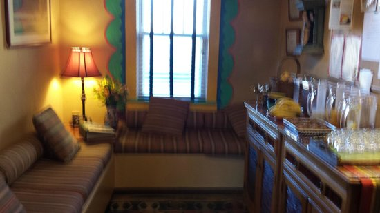 El Paradero Bed and Breakfast Inn: Sitting room where tea, coffee, food are available