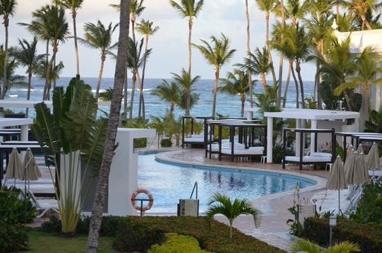 Hotel Riu Palace Bavaro : pool and beach view from our balconey