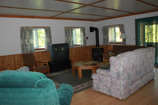 Marrick's Landing Cottage Resort : Blue Heron cottage family/TV room