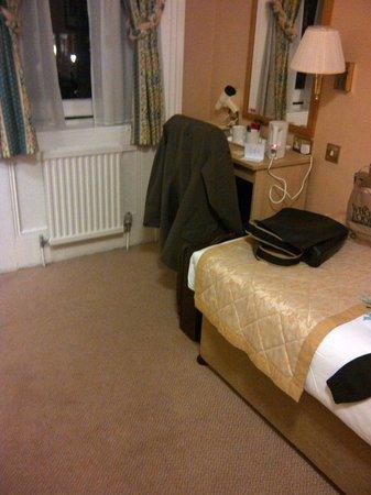 Best Western Burns Hotel Kensington : Blick auf Bett und Schreibtisch mit Wasserkocher