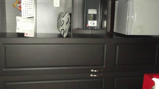 Hotel Merlott Lleras: una delle stanze  armadio cassafortina e frigobar