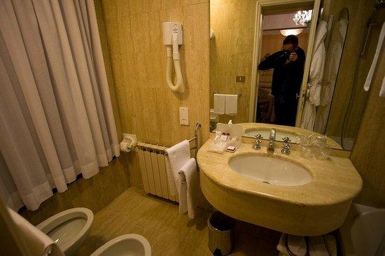 Hotel Concordia: Bathroom at room 114