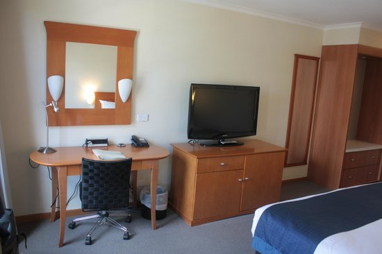 Holiday Inn Old Sydney: View of Desk/ TV