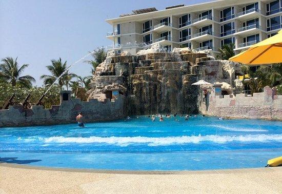 Splash Jungle Waterpark: น้ำตกและทะเลจำจอง