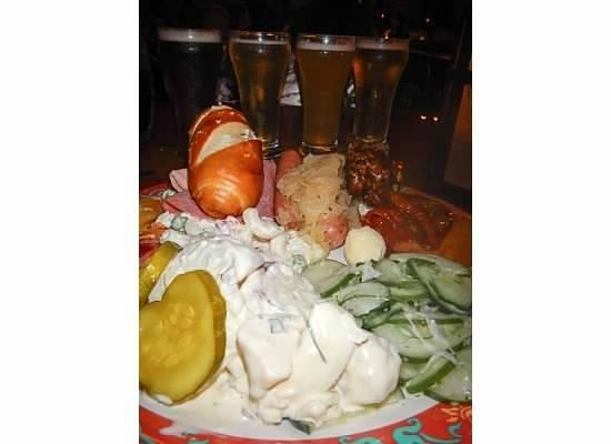 Biergarten Restaurant : Food and beer flight