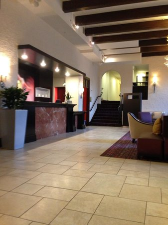 Courtyard by Marriott Kansas City Country Club Plaza: Reception/lobby