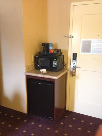 Courtyard Kansas City Country Club Plaza: Fridge/microwave/coffee