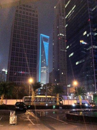 Grand Kempinski Hotel Shanghai: Вид открывается при выходе из отеля