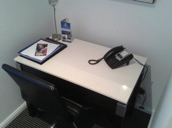 Meriton Suites Zetland: Convenient desk but no spare power outlets :(