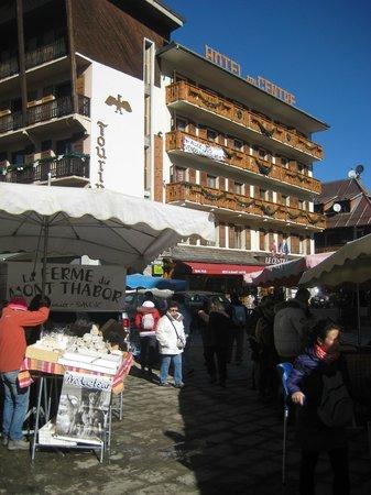 Hotel du Centre : Vue de la place de l'église le jour du marché (vendredi)
