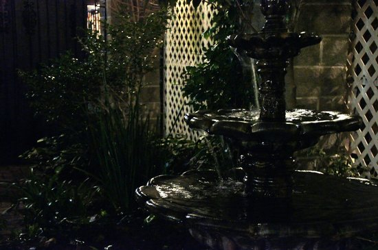Avenue Plaza Resort: Fountain in Courtyard