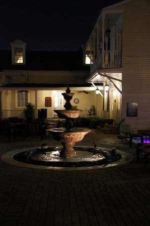 Avenue Plaza Resort: Courtyard with Hot Tub
