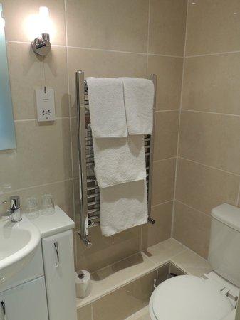 Surrone House: Modern en-suite Shower Room