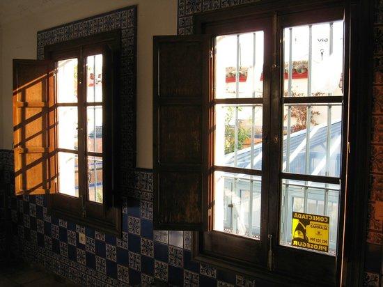 Plaza Santa Cruz Hostel: Fenêtres donnant sur terrasse et puit de jour du patio